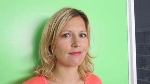 """Foto von Jeanette Konrad, Chefredakteurin des ARTE-Magazins """"Karambolage"""""""