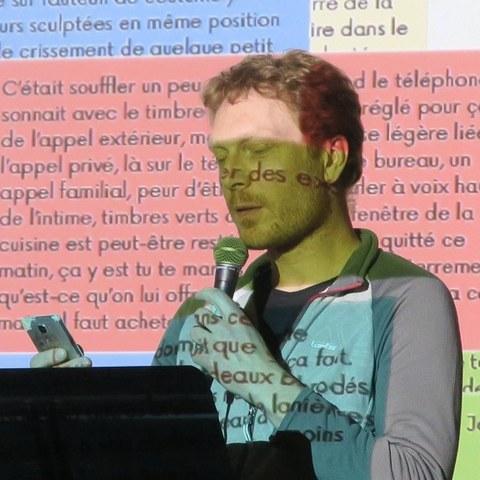 Foto von Joachim Séné bei einem Vortrag am Rednerpult