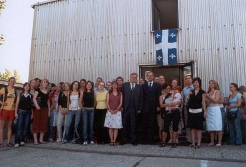 Besuch von Denis Bédard im Cifraqs 2006: Gäste, MitarbeiterInnen und Studierende vor dem Gebäude Zeunerstraße 1c.