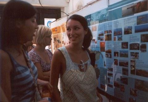 Besuch von Denis Bédard im Cifraqs 2006: Studierende vor den Ausstellungstafeln.