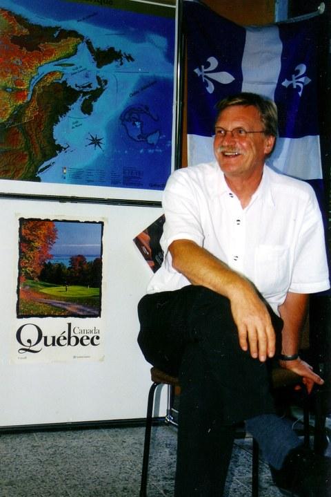 Kanada-Québec-Woche am Cifraqs 2003: Prof. Kolboom inmitten der Ausstellung.