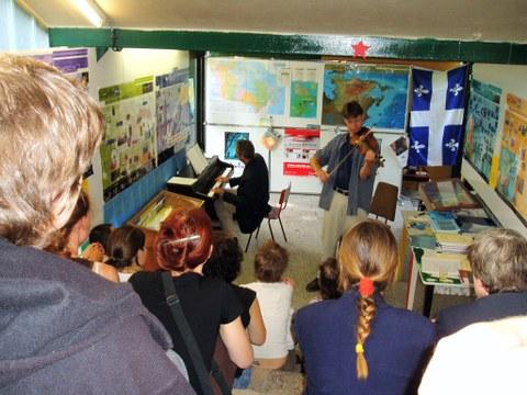 Kanada-Québec-Woche am Cifraqs 2003: Musikerduo St. Pierre & Roussel (Violine, Piano) anlässlich der Ausstellungseröffnung.
