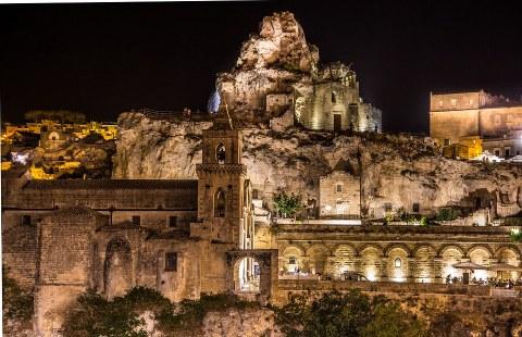 Mittelalterliches Matera: Der Aufstieg einer Felsenstadt