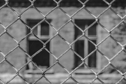 zwei Fenster Zaun