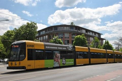 SLK Wiener Straße 48 mit Straßenbahn