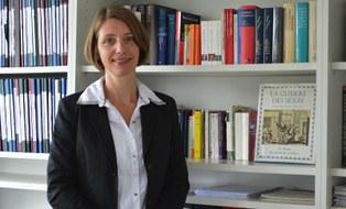 Prof. Böhm vor dem Bücherregal in ihrem Büro in der Wiener Straße 48, Raum 406