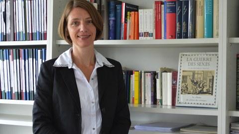 Das Foto zeigt Frau Prof. Dr. Roswitha Böhm vor dem Bücherregal in ihrem Büro auf der Wiener Straße 48, Raum 4.06.
