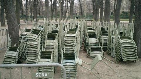 Übereinandergestapelte  Stuhlreihen im Jardin du Luxembourg, Paris