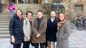 Das Foto zeigt von links nach rechts: Prof. Dr. Roswitha Böhm, Matthias Kern, Fouad Laroui, Dr. Torsten König, Dr. Susanne Ritschel, nach dem Gastvortrag von Dr. Fouad Laroui vor dem Schumann-Bau der TU Dresden am 28. April 2016.