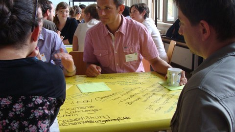 Studierendegruppe in einer Diskussionsrunde