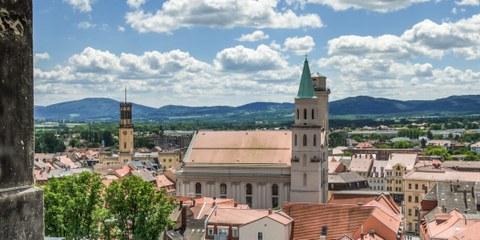 Dachpanorama der Stadt Zittau mit Zittauer Gebirge
