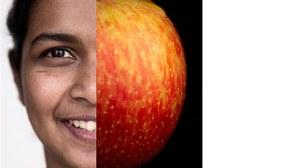 Gesicht einer Studierenden, andere Hälfte Apfel