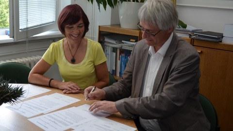 Dekanin Provaznikova und Direktor Claus bei der Unterschrift