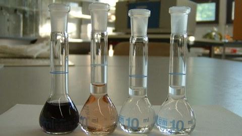 Reagenzgläser mit verfärbter Flüssigkeit.