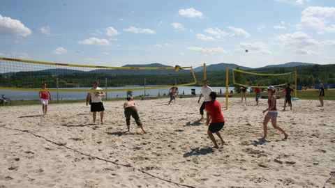 Studierende beim Beachvolleyball am Olbersdorfer See