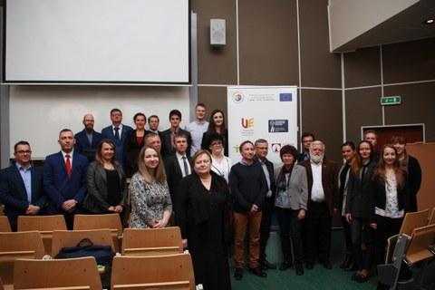 Boris Seidel im Kreise der Teilnehmer*innen und der wissenschaftlichen Jury