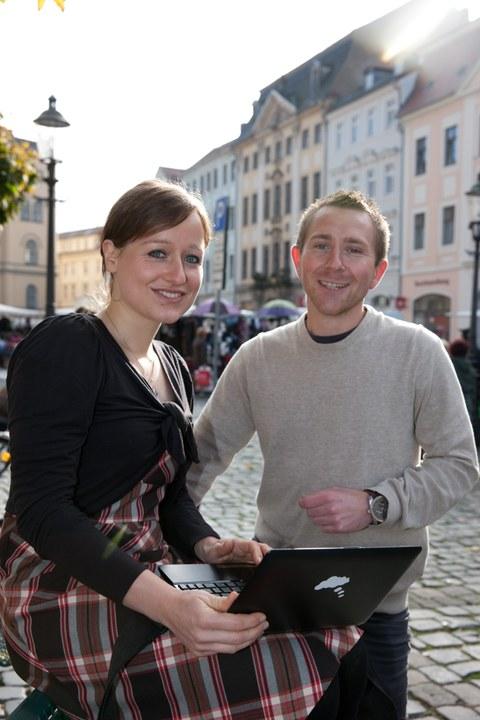Zwei Studierende auf dem Zittauer Markt