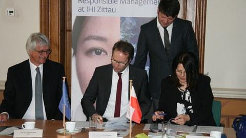IHI-Direktor Prof. Claus, TUD-Prorektor Prof. Krauthäuser und die Breslauer Prorektorin Drelich-Skulska unterzeichnen den Kooperationsvertrag