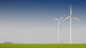 Windkrafträder auf freiem Feld