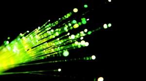 Aufgesplittetes Glasfaserkabel mit grüner Beleuchtung