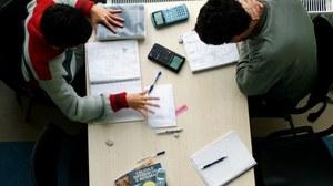 Studenten bei Hausaufgaben