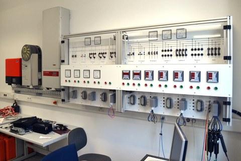 Schalttafel und PV-Wechselrichter des PV-EV-Labors