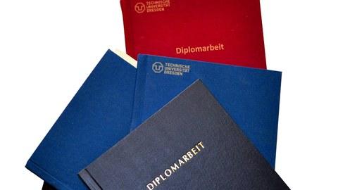 Plakativer Stapel von Diplomarbeiten