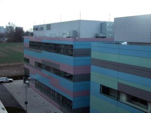 Gebäude der NaMLab gGmbH neben dem Reinraumgebäude am MIERDEL-Bau