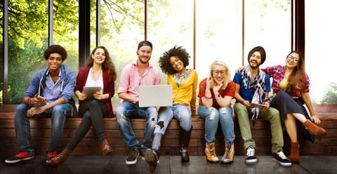 Bild: eine Reihe von jungen Menschen, männlich und weiblich, unterschiedliche Hautfarben