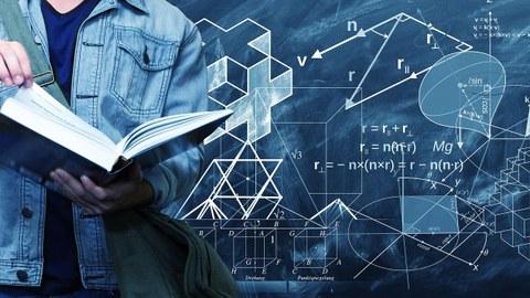 Bild: im Hintergrund eine Tafel mit mathematischer Formeln und Diagrammen. Im Vordergrund ein junger Man, der ein großes Buch hält. Sein Kopf ist nicht sichtbar