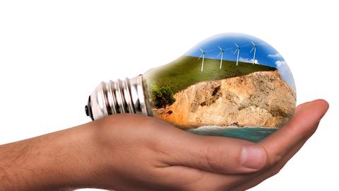 Die Glühbirne mit einer Abbildung von erneuerbaren Energiequellen