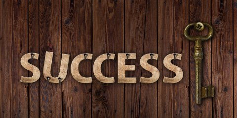 "Grafaik: Schrift lautet ""Success"", daneben hänbgt ein Schlüssel"