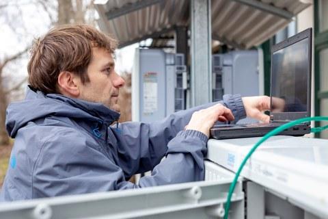 Wissenschaftler programmiert den Energiekoppler