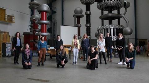 Wissenschaftlerinnen in der Hochspannungshalle