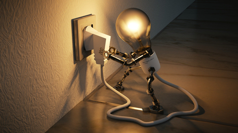 Grafik einer Glühbirne, die einen Stromstecker in eine Steckdose steckt