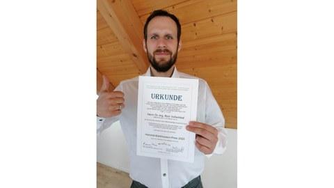 Foto Rick Voßwinkel mit der Urkunde