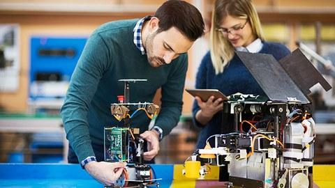 Studierende bei einem Robotik-Team-Projekt