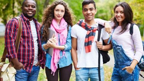 Bild: vier junge Menschen stehen nebeneinander, zwei Jungs, zwei Mädels, unterschiedliche Hautfarben