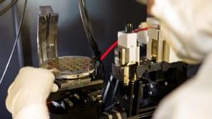 Bild: Ein Wissenschaftler arbeitet am Wafer im Labor