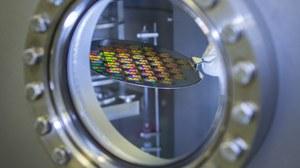 Bild: ein rundes Laborfenster, hinter der Scheibe ist ein Wafer sichtbar