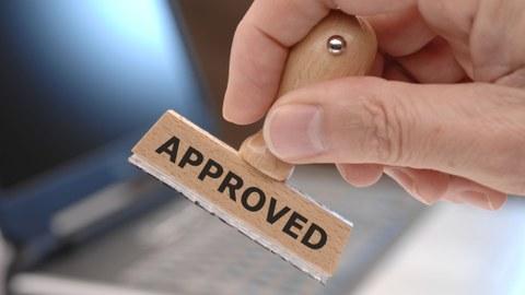 """Bild: ein Stempel mit einem Schriftzug """"Approved"""""""