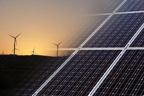 zwei aufeinander gelegte Bilder: Windräder und Solaranlage