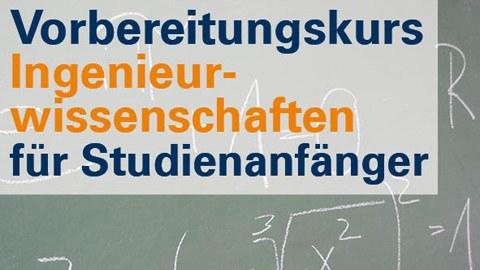 Im Vordergrund steht der Hinweis auf den Vorbereitungskurs Ingenieurwissenschaften. Im Hintergrund ist eine Tafel mit Matheformeln zu sehen.