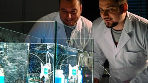 Foto: 2 Wissenschaftler beim Experimentieren