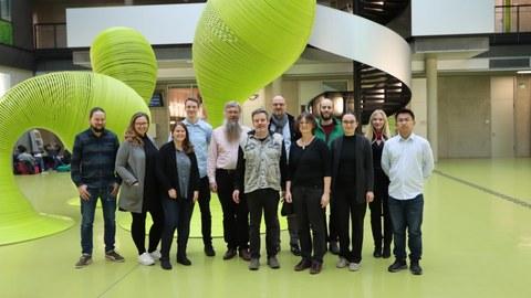 Gruppenfoto der Projektmitarbeitenden des Forschungsprojektes Accessible Maps im Foyer der Informatik Fakultät TUD