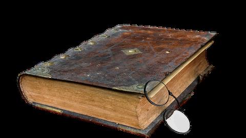 altes Buch mit Brille