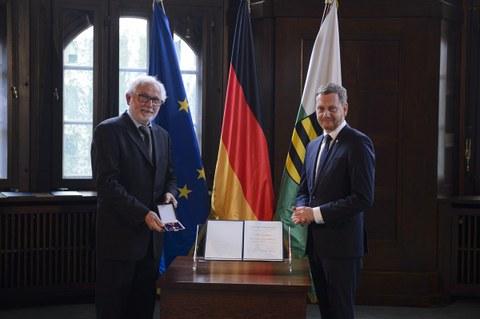 Ministerpräsident Michael Kretschmer überreicht den Bundesverdienstorden an Prof. Dr. päd. habil. Steffen Friedrich.