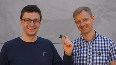 Kai Geißdörfer und Marco Zimmerling mit den von ihnen entwickeltem Kontaktverfolgungs-Anstecker bei Infizierung mit COVID-19