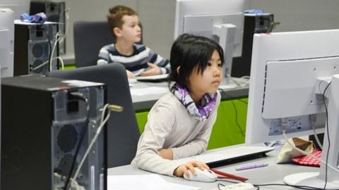 Schülerin beim Aufgabenlösen am PC zum Sächsischen Informatikwettbewerb 2019