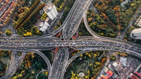 Luftansicht Autostraßen mit vielen Fahrzeugen